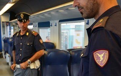 Non sarebbe potuto rientrare in Italia fino al 2021, invece era sul treno fermo in stazione per derubare un passeggero