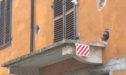 Passa il camion, cade il balcone