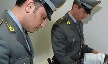 Tentano di fare sparire il falso argento sequestrato