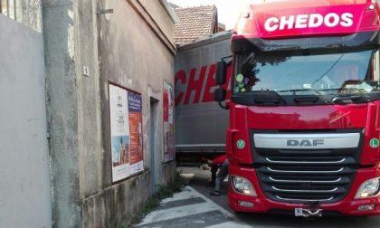 Camion incastrato in pieno centro a Rivarolo