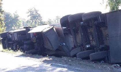 Camion si ribalta in via Volpiano a Leini