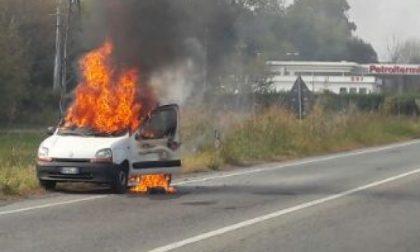 Brucia auto sulla ex statale