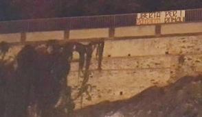 Striscione di Rebel Firm a Ivrea: «Libertà per i patrioti romani»