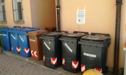 Bidoni immondizia via da piazze e strade