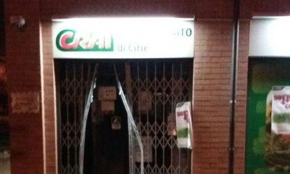 Sfondano vetrata  supermercato nella notte