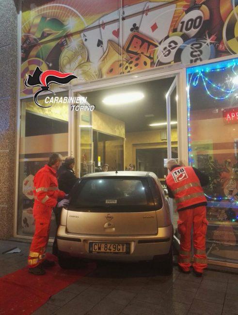 Ubriaco danneggia vetrata