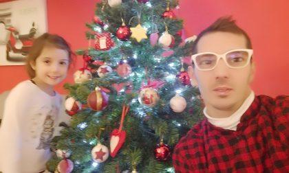 Un selfie davanti all'albero di Natale o Presepe