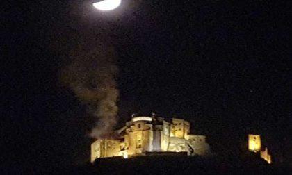 Sacra di San Michele a fuoco nella notte