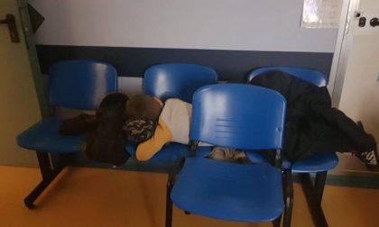 Niente letti in pediatria, bimbo malato dorme sulle sedie