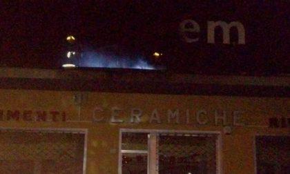 A fuoco l'insegna del negozio di ceramiche