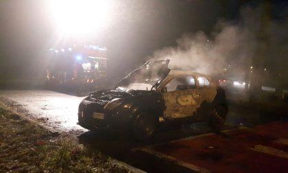 Auto in fiamme a Ciriè