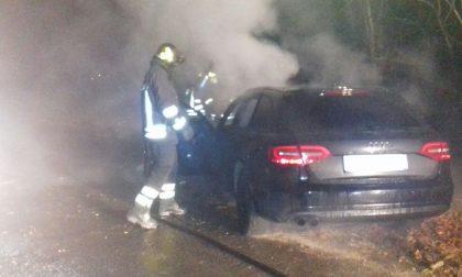 Auto a fuoco a Leini automobilista illeso