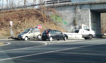 Auto contro cartelli allo svincolo per Baldissero