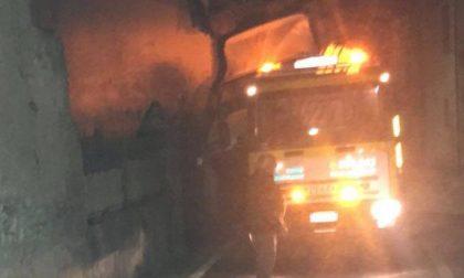 """Soccorso stradale """"perde"""" il camion, sfondato muro di una casa"""