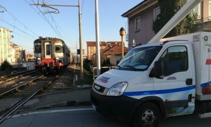 Furgone blocca passaggio a livello mentre arriva il treno