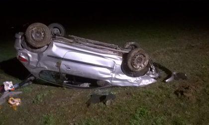 Auto si ribalta nella notte coinvolti due giovani