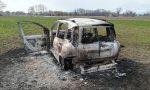 Auto bruciata lungo la pista ciclabile