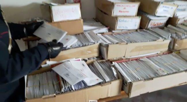 Corriere non consegna posta per tre anni: 400kg di lettere ritrovate