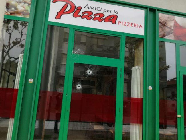 Ciriè, nella notte spari contro la saracinesca di una pizzeria