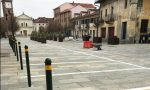 Raid vandalistico sradicati paletti in piazza