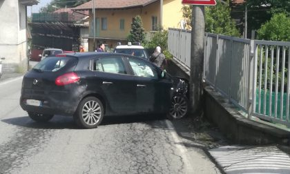 Auto contro palo due persone in ospedale