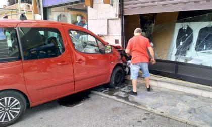 Commessa investita auto su vetrina del negozio