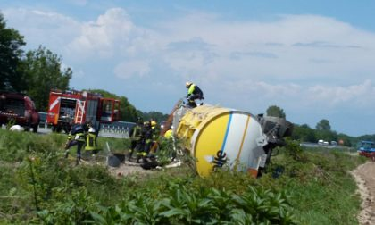 Camion cisterna si ribalta sull'autostrada A5 nei pressi di Volpiano