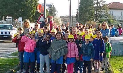 Studenti vanno a scuola a piedi