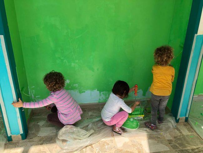 Colorano la scuola maestre, genitori e bambini a Rivarolo