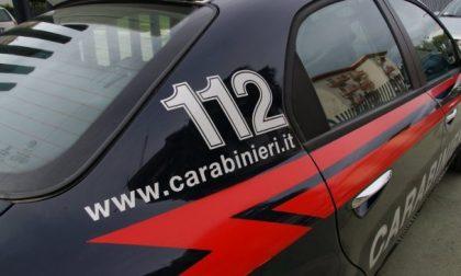 """Sviene davanti ai carabinieri dopo aver chiesto aiuto: """"Mio figlio è ferito"""""""