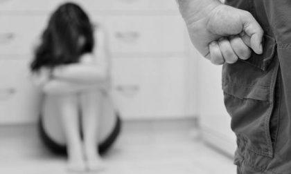 Violenza sulla compagna, la picchiava e costringeva a urinare nella bacinella