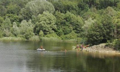Ritrovati senza vita i due amici finiti nel lago