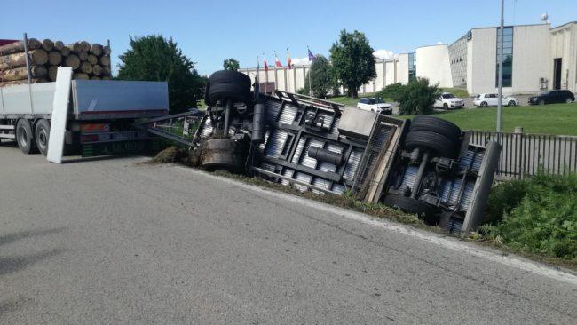 Camion ribaltato tra Lusigliè e Feletto