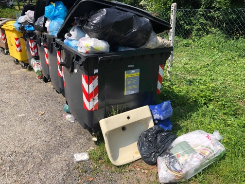Abitanti in protesta a Case Abate, frazione di Corio