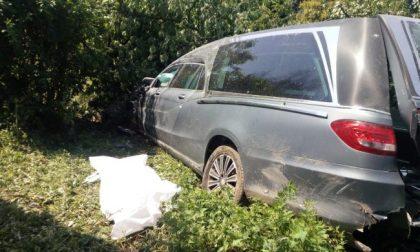 Carro funebre investe ragazza, muore anche l'autista alla guida