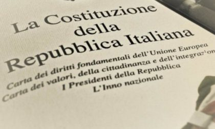 Costituzione della Repubblica Italiana consegnata ai 18enni di Volpiano
