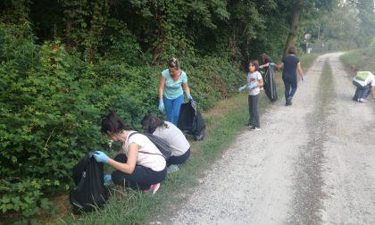 Cittadini puliscono i luoghi del rave party a Feletto e Bosconero