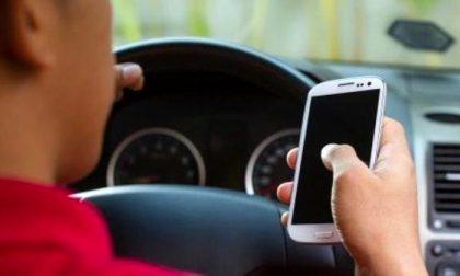 Smartphone ritirato a chi viene pizzicato alla guida al cellulare, la proposta torinese