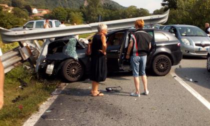 Incidente a Borgofranco, auto sradica guard rail | FOTO