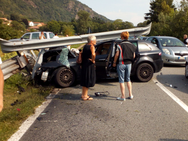 Incidente a Borgofranco, auto sradica guard rail
