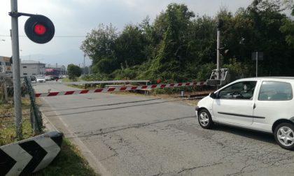 Sbarre abbassate, traffico bloccato a Salassa