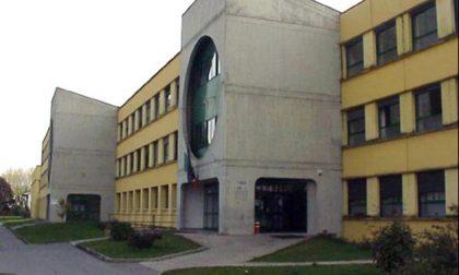 Classe sovraffollata, studenti non entrano in aula a Ciriè
