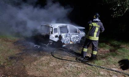 Fiano, auto in fiamme nei boschi