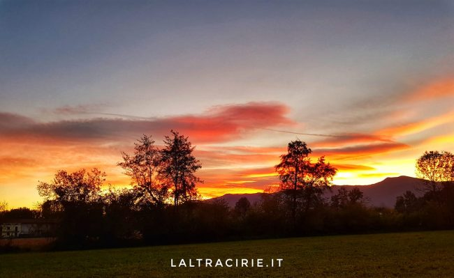 Bolide luminoso nel tramonto rosso, ieri sera nei cieli del centro-nord