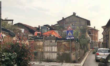 Abbattuto a Leini il rudere davanti a piazza Ferrero