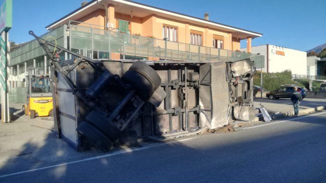 Camion ribaltato a Valperga