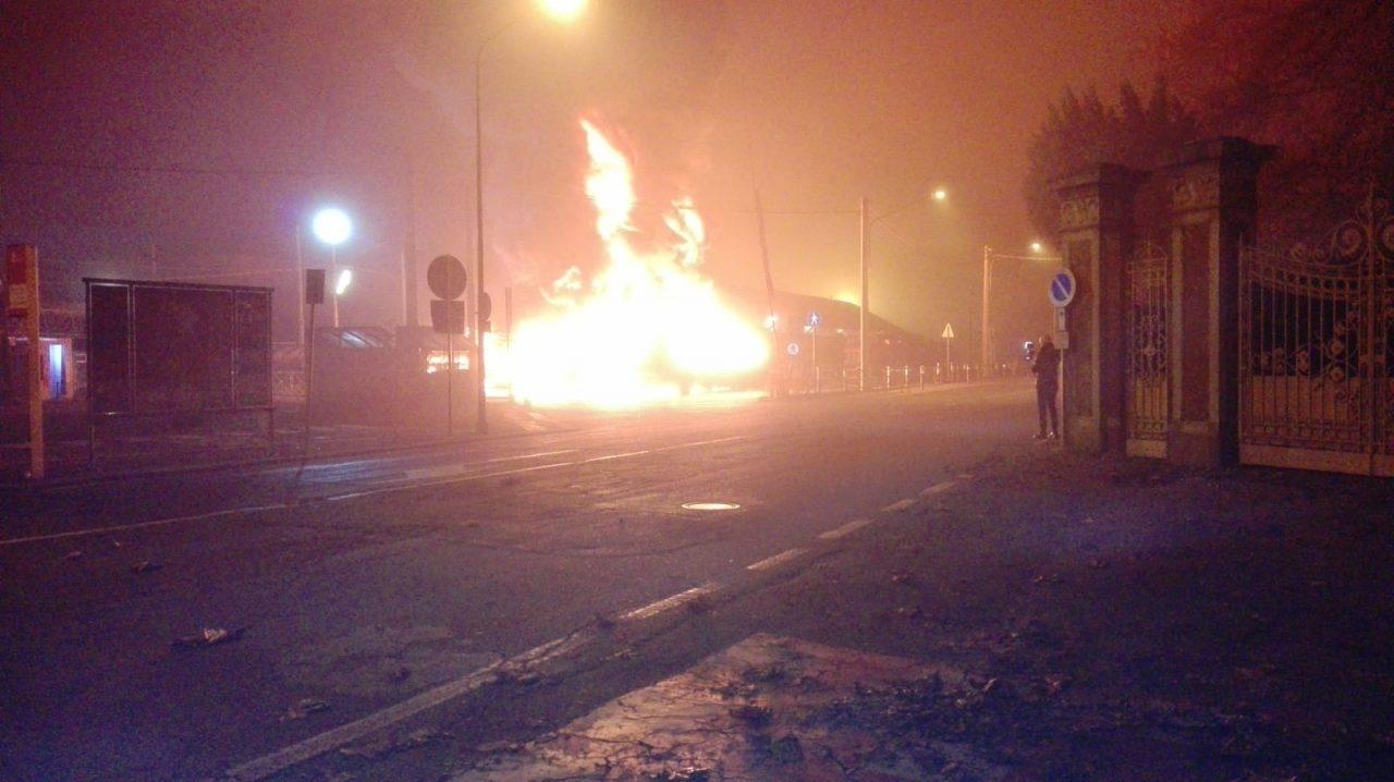 Bus incendiati a Ciriè, i video delle fiamme in diretta