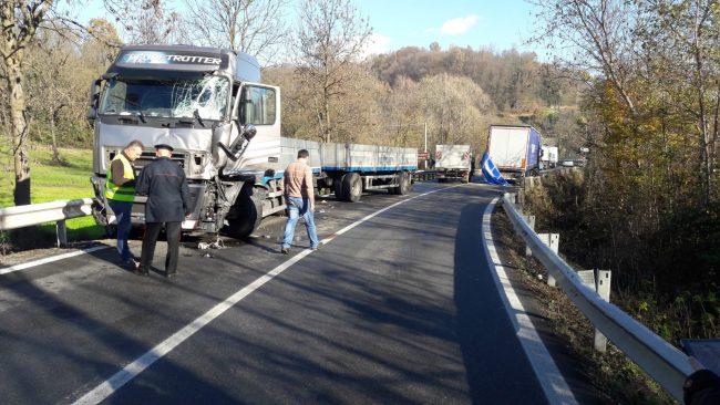Incidente al Ponte Preti, scontro fra due tir