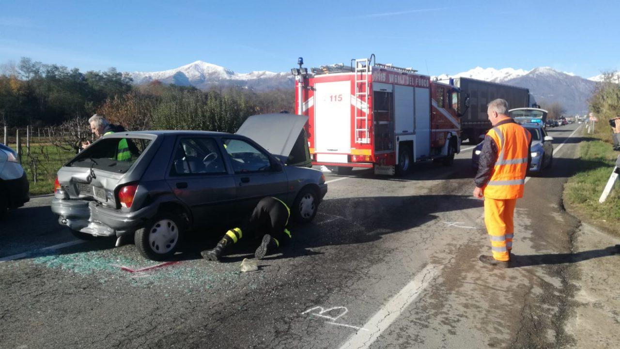Tamponamento sulla 460 a Salassa, due auto coinvolte