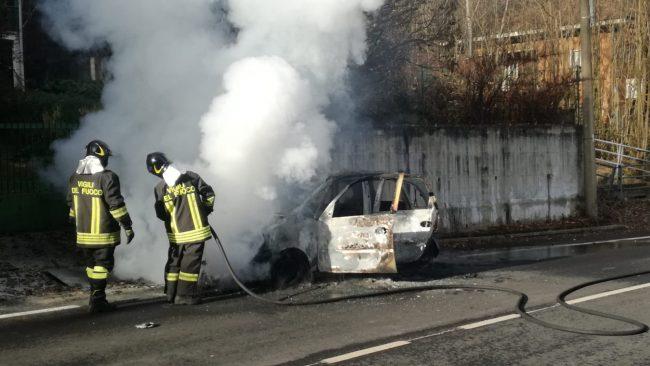 Auto in fiamme a Forno, al confine con Pratiglione. La donna al volante ha fermato l